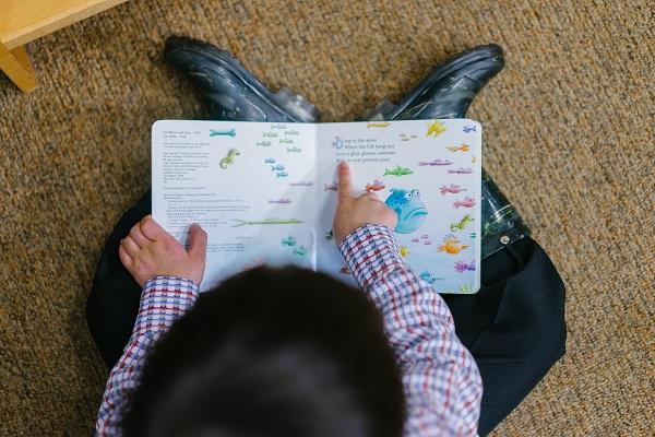 dziecko czytające logopedia